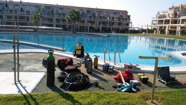 العزل المائي لحمامات السباحة لحل مشكلة تسربات المياه
